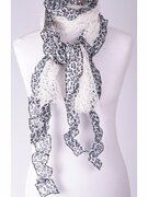 Witte gehaakte sjaal met aangerimpeld panterdessin