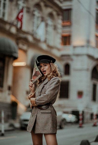 Fashionable voor de dag met de tweed blazer