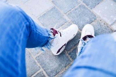 Zo maak je witte sneakers weer wit