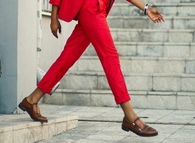 Zo kun je een rode broek combineren